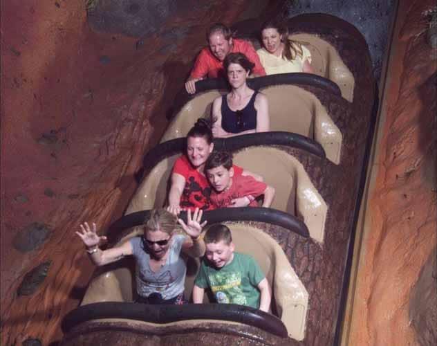 femme en colere dans un parc de Disney